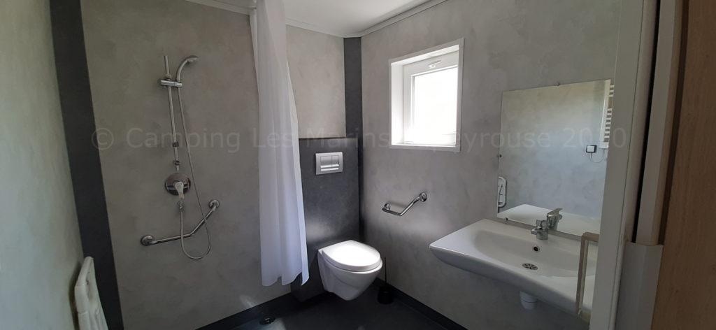 Mobil-home personnes à mobilité réduite salle de bains